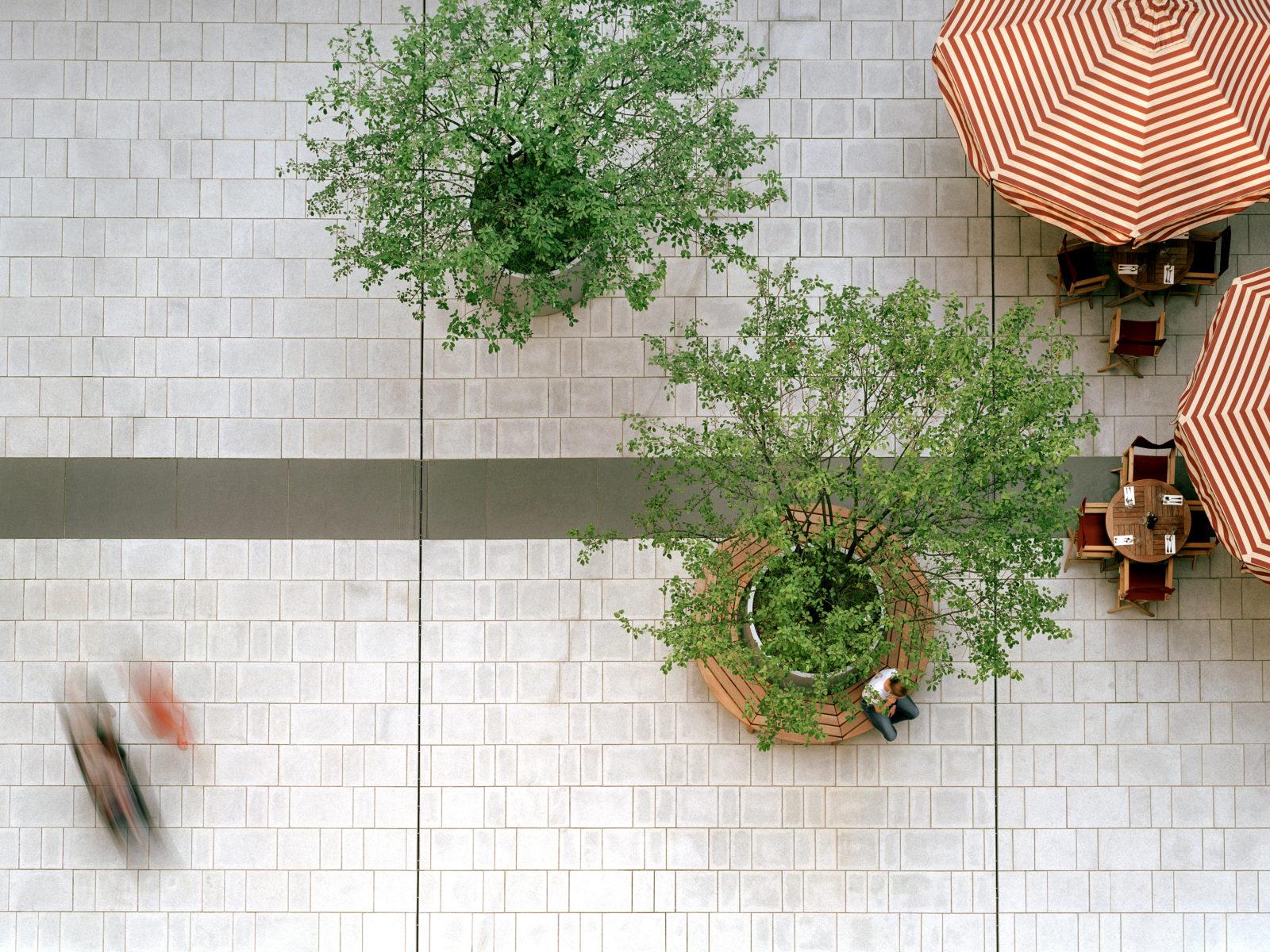 STrauma Landschaftsarchitektur Berlin landscape architects Marstallplatz München Schirme und Menschen