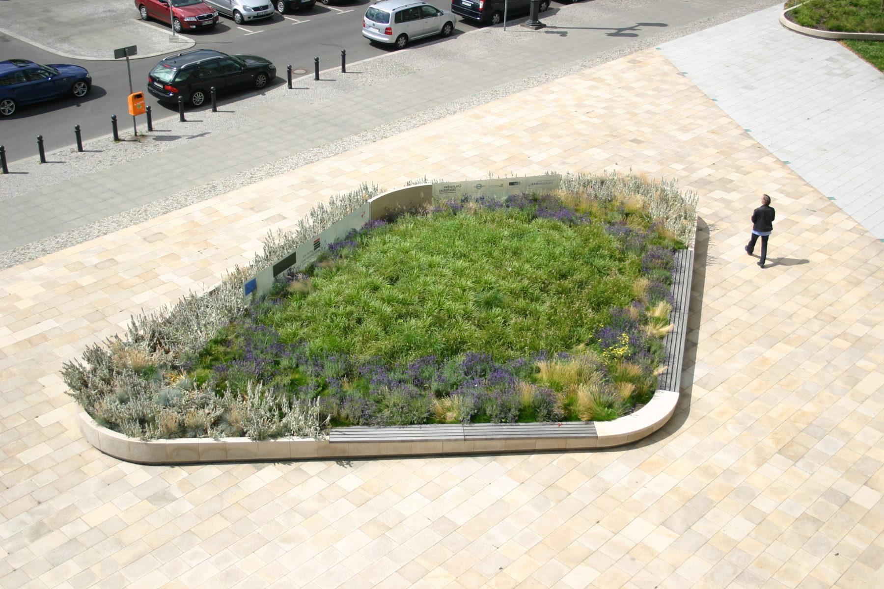 STrauma Landschaftsarchitektur Berlin landscape architects Ernst Reuter Haus Berlin Park Gartenelement Sitzfläche Bänke
